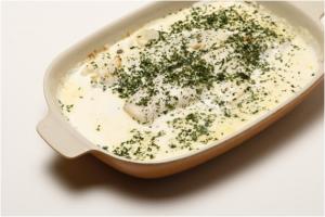 Filetes de pescada com natas, batatas e cenouras no forno